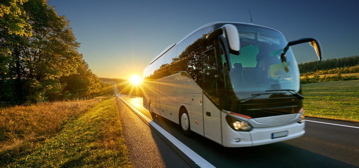 snapbus-reisebus-bei-sonnenuntergang-auf-landstrasse-2_30e